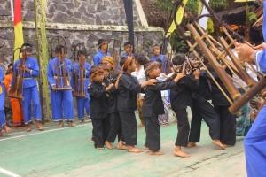 Penampilan permainan tradisional oray-orayan di acara Julang Ngapak Kampung Adat Cirendeu