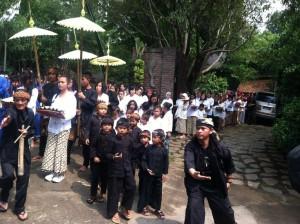 sesembahan dari gerbang utama ke bale sarasehan di acara Julang Ngapak Kampung Adat cirendeu
