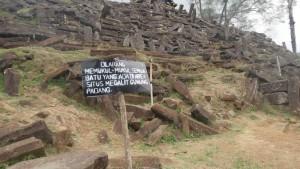 Dilarang Memukul Batu di Situs Megalith Gunung Padang