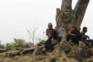 Pengelola Situs Megalitikum Gunung Padang Memakai Baju Pangsi dan Iket Sunda