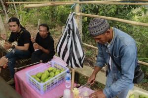Penjual Rujak Yang Peka Kepada Pembelinya di Situs Megalitikum Gunung Padang