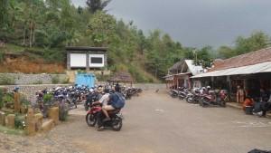 Tempat Parkir Motor di Situs Megalitikum Gunung Padang Cianjur