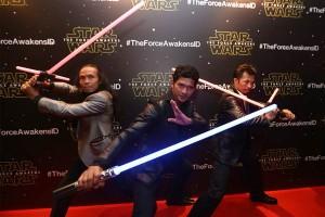 Aktor laga Iko Uwais (tengah), Yayan Ruhian (kiri) dan Cecep Arif (kanan) berpose pada gala premier Film Star Wars episode 7 di Jakarta, Selasa (15/12). Ketiga aktor tersebut turut memerankan film Star Wars episode 7 yang berjudul The Force Awakens. ANTARA FOTO/Bastian/Adm/ama/15