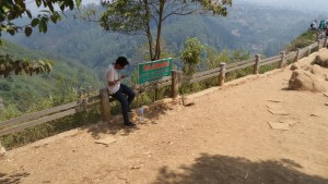 Larangan Duduk di Pagar Pembatas Tebing Keraton