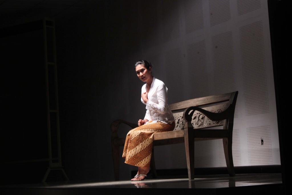 Penampilan Monolog Nyai Ontosoroh dari Happy SAlma - Penjaja Kata