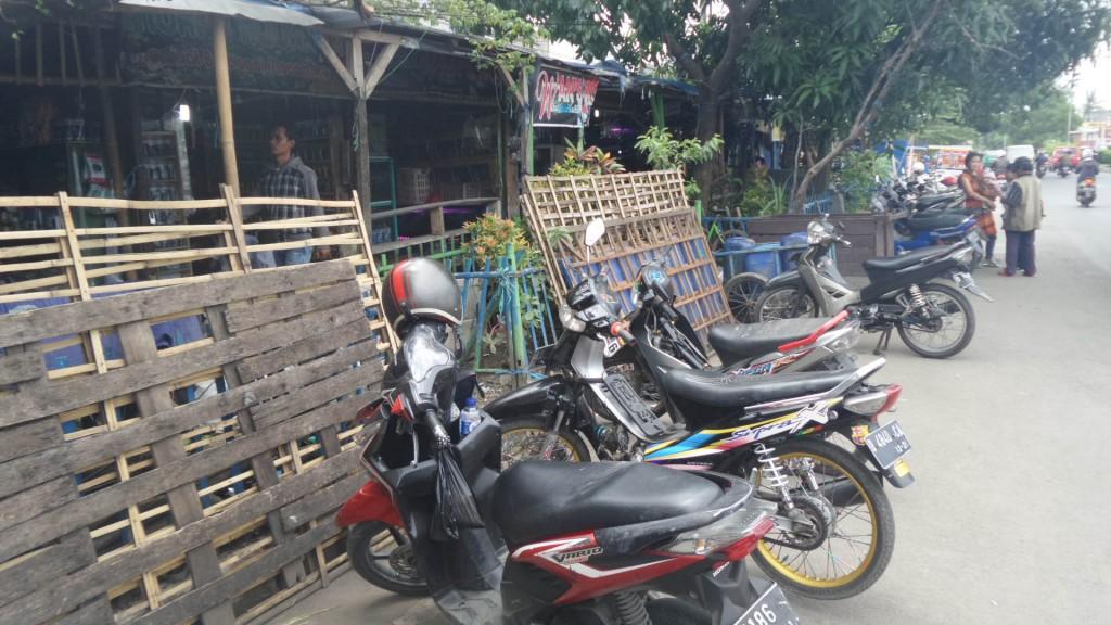 Lahan Parkir dan Lahan Pedagang di Pasar Ikan Hias Muara Bandung Memakan Area Pedestrian dan Bahu jalan - Penjaja Kata