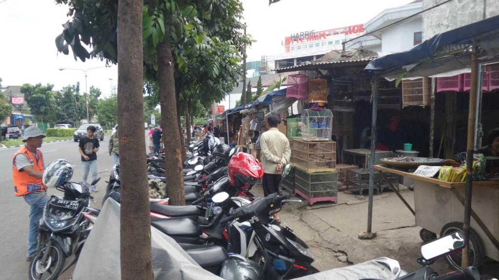 Lahan Pedagang dan Lahan Parkir Menganggu Pedestrian atau Trotoar di Pasar Burung Sukahaji Bandung - Penjaja Kata