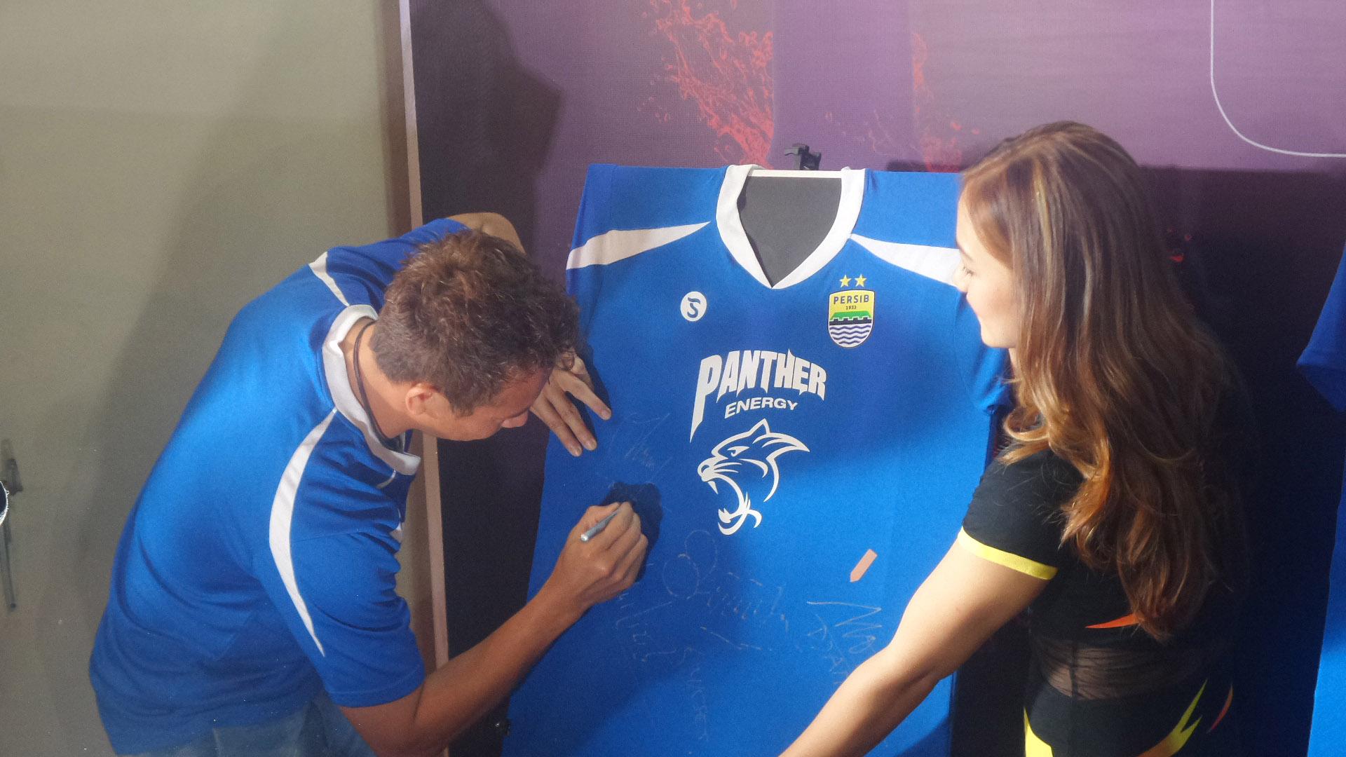 I Made Wirawan Menandatangani Jersey Persib Bandung Berlogo Panther Energy - Penjaja Kata